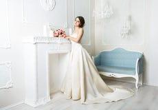 Bella giovane sposa in vestito da sposa d'annata Fotografie Stock
