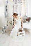 Bella giovane sposa in vestito da sposa d'annata Immagine Stock