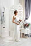 Bella giovane sposa in vestito da sposa d'annata Fotografia Stock Libera da Diritti