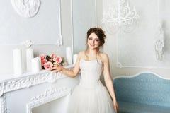 Bella giovane sposa in vestito da sposa d'annata Immagini Stock Libere da Diritti