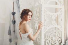 Bella giovane sposa in vestito da sposa d'annata Fotografia Stock