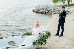 Bella giovane sposa in vestito da sposa di lusso Immagini Stock Libere da Diritti
