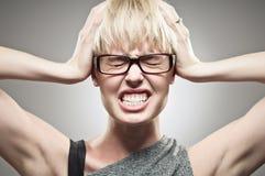 Bella giovane testa caucasica della tenuta della donna nella pressione Fotografie Stock Libere da Diritti