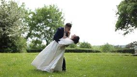 Bella giovani sposa e sposo delle coppie che stanno nel parco stock footage