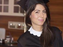 Bella graduazione dell'istituto universitario della giovane donna Fotografie Stock Libere da Diritti
