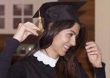 Bella graduazione dell'istituto universitario della giovane donna Immagine Stock Libera da Diritti