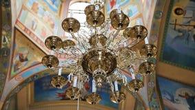 Bella grande lampada dorata del soffitto video d archivio