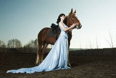 Bella guida della donna su un cavallo marrone Immagini Stock Libere da Diritti