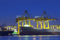 Bella illuminazione della nave porta-container nell'uso del porto per l'importazione, exp immagine stock libera da diritti