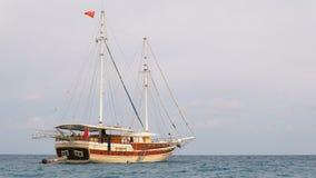Bella imbarcazione da diporto con le bandiere turche e le vele abbassate archivi video