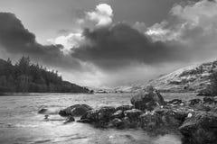 Bella immagine in bianco e nero del paesaggio di inverno di Llynnau Mym Fotografia Stock Libera da Diritti