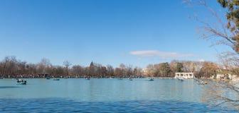 Bella immagine dei turisti sulle barche allo stagno del di Parque Immagine Stock Libera da Diritti