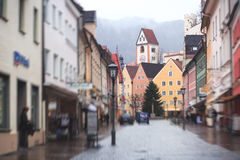 Bella immagine del centro multicolore vibrante della via in Fussen, Baviera, Baviera, Germania Immagine Stock Libera da Diritti
