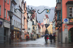 Bella immagine del centro multicolore vibrante della via in Fussen, Baviera, Baviera, Germania Immagini Stock