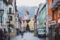 Bella immagine del centro multicolore vibrante della via in Fussen, Baviera, Baviera, Germania Fotografia Stock Libera da Diritti