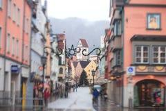 Bella immagine del centro multicolore vibrante della via in Fussen, Baviera, Baviera, Germania Immagini Stock Libere da Diritti