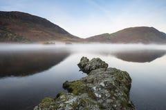 Bella immagine del paesaggio di Autumn Fall dell'acqua di Crummock al sunri Fotografia Stock