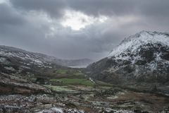 Bella immagine del paesaggio di inverno in Llyn Gwynant in Na di Snowdonia Fotografia Stock