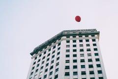 Bella immagine della carta da parati di un pallone rosso nel cielo bianco Immagine Stock