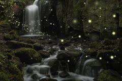 Bella immagine di fantasia delle lucciole sopra la corrente in canyon roccioso Fotografia Stock Libera da Diritti