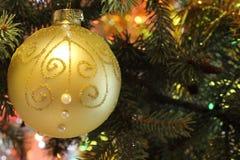 Bella immagine di Natale con l'albero di Natale e la palla Fotografie Stock