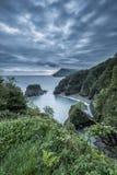 Bella immagine drammatica del landsape di alba di piccola baia isolata Immagine Stock