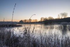 Bella immagine inglese vibrante del lago della campagna con gelo e Fotografia Stock
