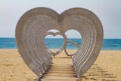 Bella installazione dei cuori sulla spiaggia dell'oceano fotografia stock