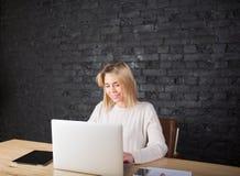 Bella introduzione sorridente sul computer portatile, distanza della donna di affari di funzionamento con il collega Fotografia Stock Libera da Diritti