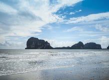 Bella isola con le spiagge sabbiose di mattina del mare delle Andamane fotografia stock libera da diritti