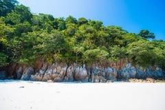 Bella isola dell'ustione del gallo il giorno soleggiato nel Myanmar immagine stock
