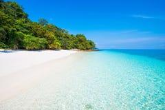 Bella isola dell'ustione del gallo il giorno soleggiato nel Myanmar immagini stock