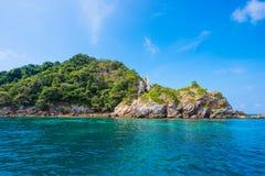 Bella isola dell'ustione del gallo il giorno soleggiato nel Myanmar fotografie stock libere da diritti
