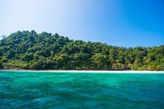 Bella isola dell'ustione del gallo il giorno soleggiato nel Myanmar immagine stock libera da diritti