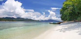 Bella laguna con la barca del longtail. la Tailandia Immagine Stock Libera da Diritti