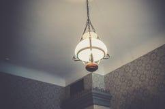 Bella lampada d'annata alta nell'ambito del soffitto Fotografia Stock