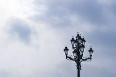 Bella lampada di via con gli incroci cristiani sulle lampadine Fotografia Stock Libera da Diritti