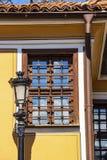 Bella lampada di via d'annata accanto ad una vecchia casa, dettaglio architettonico fotografie stock libere da diritti