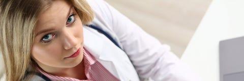 Bella lavagna per appunti femminile sorridente della tenuta di medico Immagini Stock Libere da Diritti