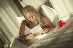 Bella lettera del biglietto di S. Valentino della lettura della donna alla mattina Fotografia Stock