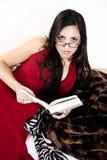 Bella lettura della donna Fotografie Stock Libere da Diritti
