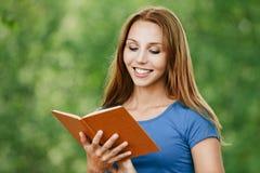 Bella lettura della donna del ritratto Fotografie Stock