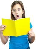 Bella lettura ispanica della ragazza isolata su bianco Immagini Stock