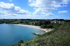 Bella linea costiera e un poco villaggio su una collina vicino a Plouha Brittany France immagini stock libere da diritti