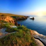 Bella linea costiera rocciosa con l'isola Immagini Stock