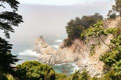 Bella linea costiera su una mattina nebbiosa immagine stock libera da diritti