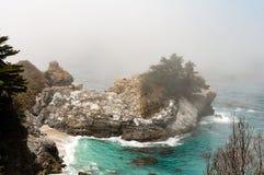 Bella linea costiera su una mattina nebbiosa fotografia stock