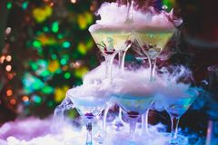 Bella linea della piramide di cocktail colorati differenti dell'alcool con la menta sulla festa di Natale, sulla tequila, su mart fotografia stock libera da diritti