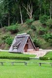 Bella località di soggiorno in prato inglese verde con il fondo della collina fotografie stock libere da diritti