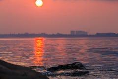 Bella luna piena all'isola di Labuan Fotografie Stock Libere da Diritti
